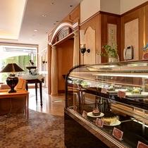 *ラウンジ「フィオーレ」/営業時間10:00~17:00 ショーケースにはケーキなどが並びます。