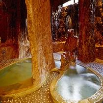 【温泉】地底を思わせる野趣豊かな「洞窟風呂」