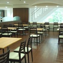 朝食会場は広々とゆっくりお食事ができます。