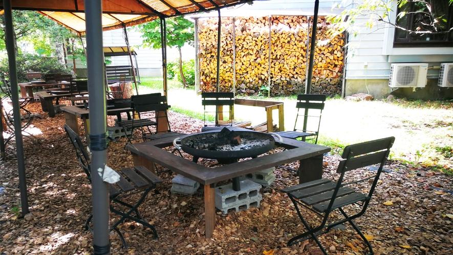 *屋外焚火スペース一例/日常を離れ、揺らめく炎を囲みながら素敵な時間をお過ごしください。