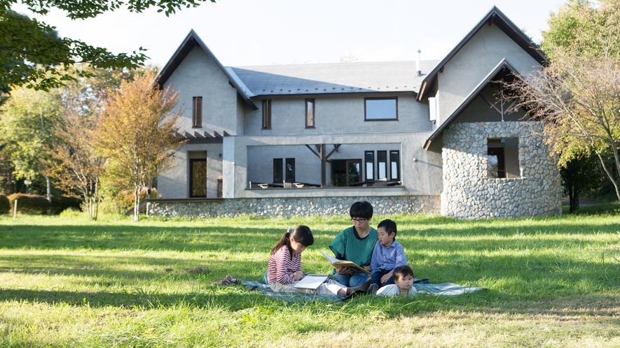 *敷地内/広大な草原でピクニックしたり、絵本を読んだり・・・