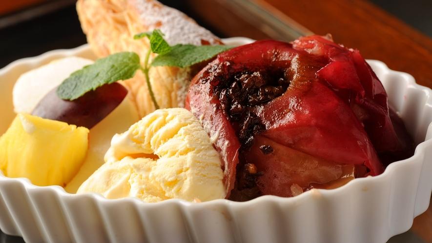 *食事一例/焼きリンゴとアイスのデザート