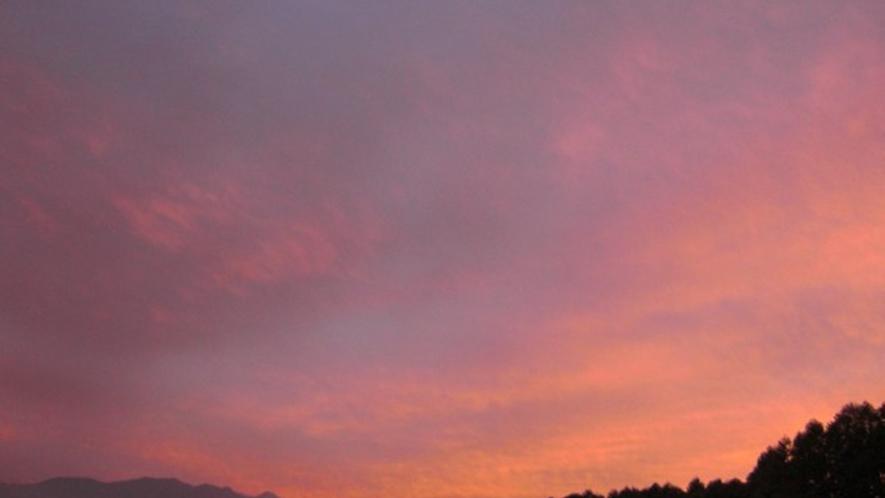 *夕暮れ/広大な敷地では空に遮るものがなく、自然の変化を感じられます。