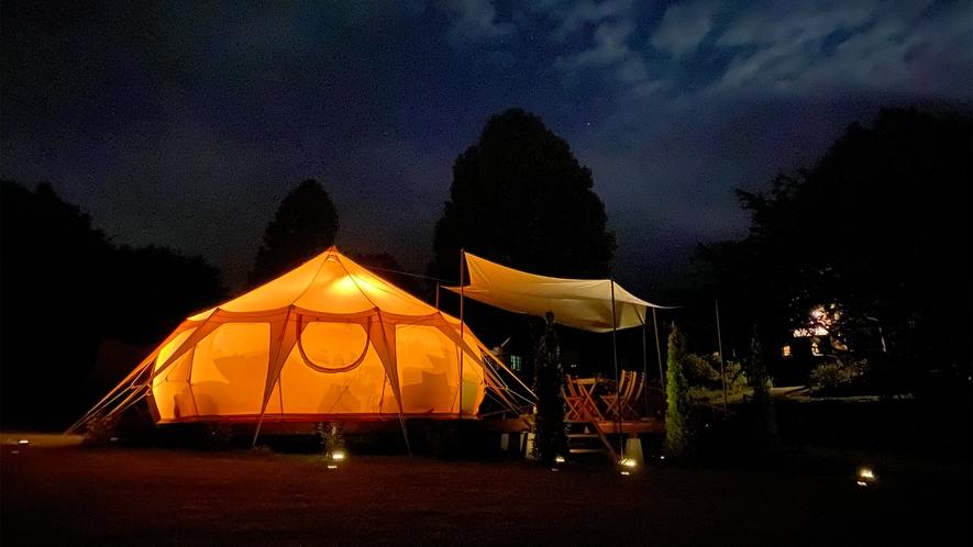 *グランピングテント(夜)/ソーラーライトを灯し、ガーデンテーブルに出て星空観察が楽しめます。