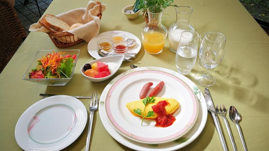 *朝食一例/自家製のジャムや八ヶ岳の自家製リンゴジュースなどこだわりのメニューが並びます。