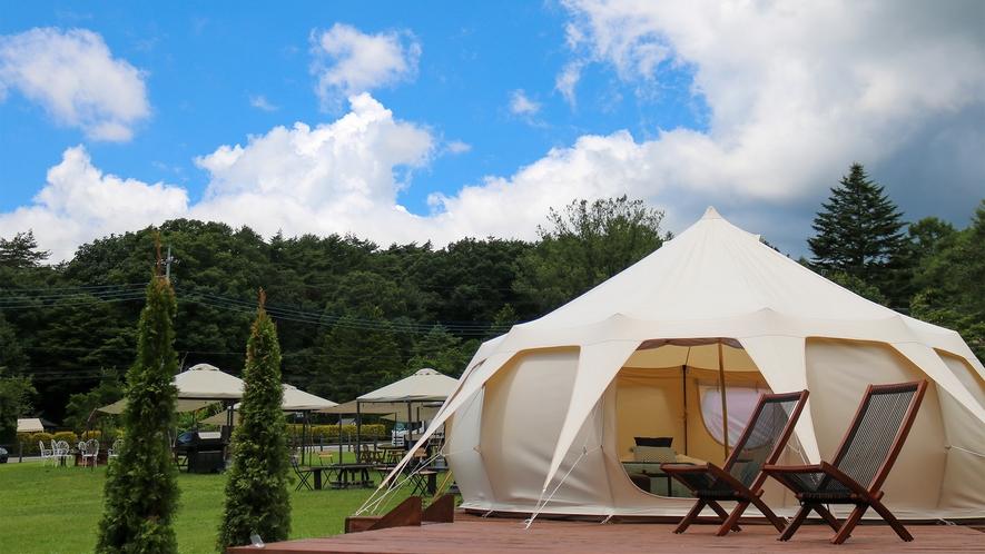 *グランピングテントと草原レストラン。グランピングプランは1日1組限定です。