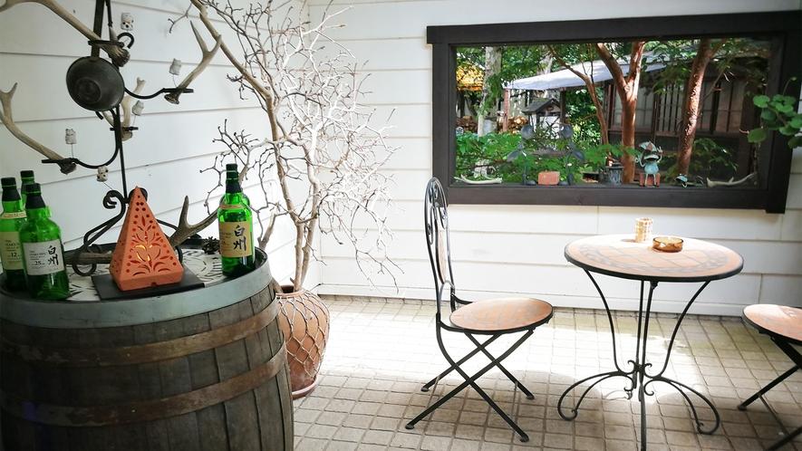 *オーベルジュ入口/待合いスペースには椅子とテーブルをご用意しております。