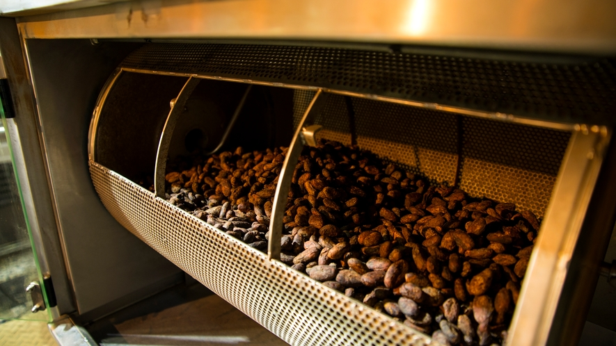 *Bean to Bar工房アルチザン・パレ・ド・オール/カカオ豆の焙煎から仕上げまでを手掛けます