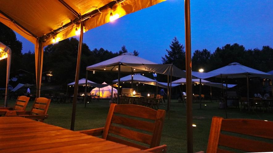 *草原レストラン/夜が訪れる前の夕刻のひと時はとてもきれいです。
