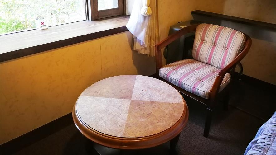 *部屋一例(ツイン)/カップルやご夫婦で窓辺に座って、ほっと一息。