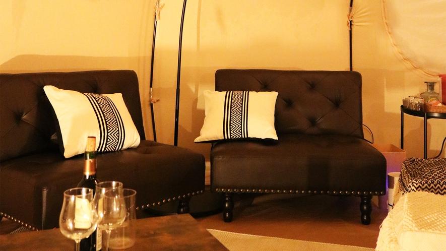 *グランピングテント/テント内にはソファがありますので、ワインをお供に語らいにもぴったり。