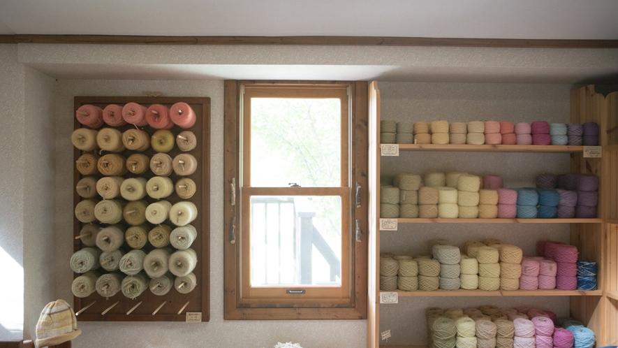 *草木染工房/草木染の毛糸たち。柔らかい色合いに癒されます。