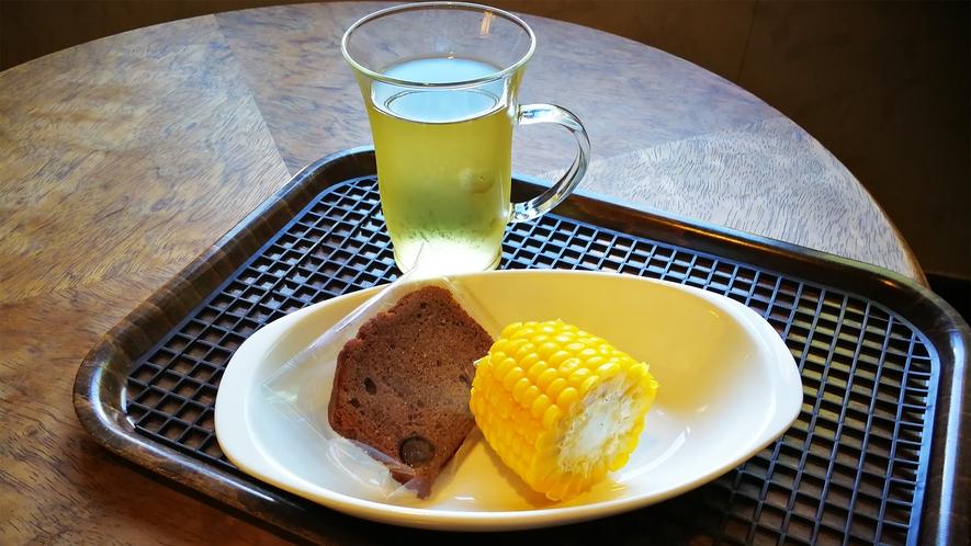 *ウェルカムドリンク・スイーツ一例/ハーブティ・自家農園トウモロコシ・ケーキ
