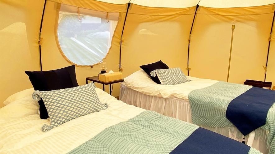 *グランピングテント/ベッド(昼)風の音や鳥のさえずりを聞きながら、お目覚めください。