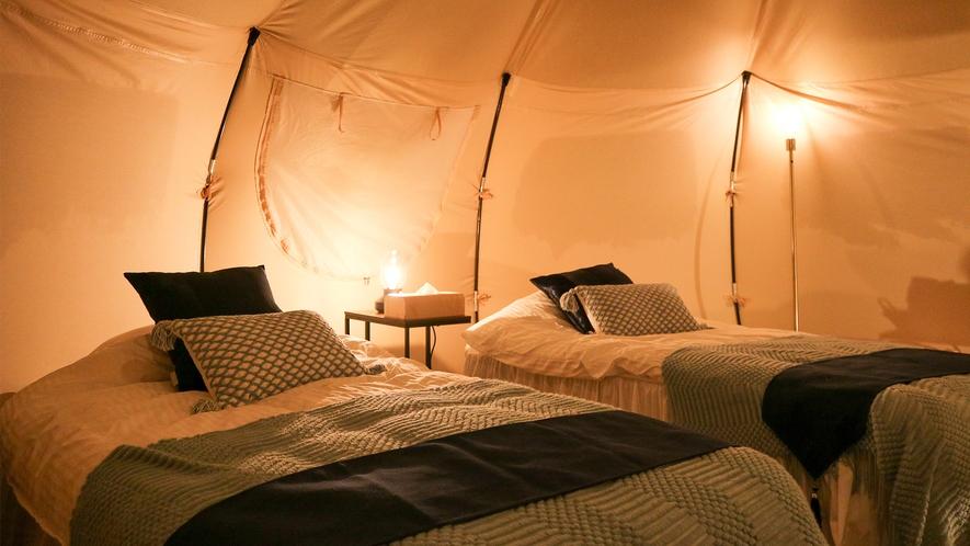 *グランピングテント/ベッド(夜)枕元には優しいライトが灯ります。