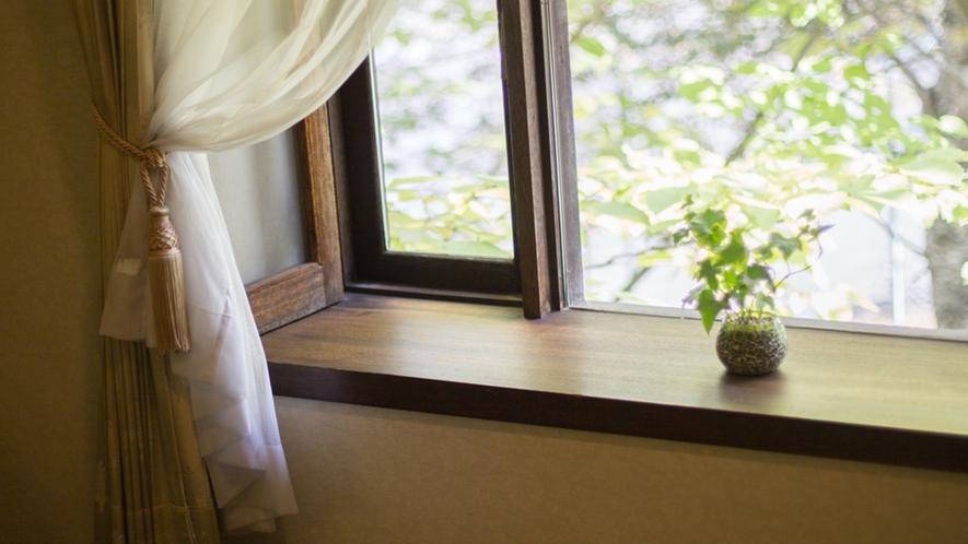 *部屋一例/窓から木漏れ日が差し込みます。