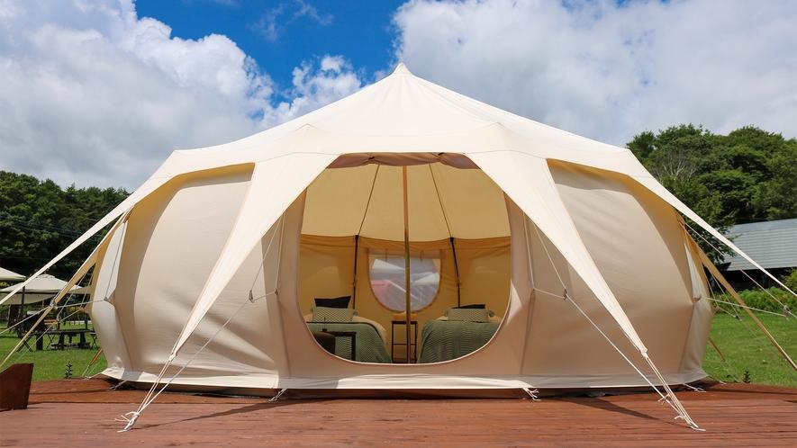 *グランピングテント/草原の中にウッドデッキと大型ベルテントをご用意しました。