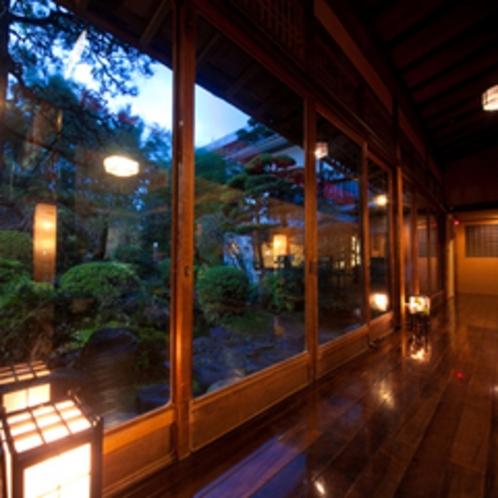 食事処から望む日本庭園