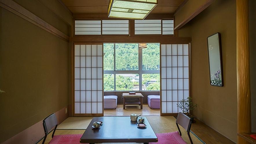 山を眺める8畳和室はご夫婦やカップルなど2名様でのご利用に最適です