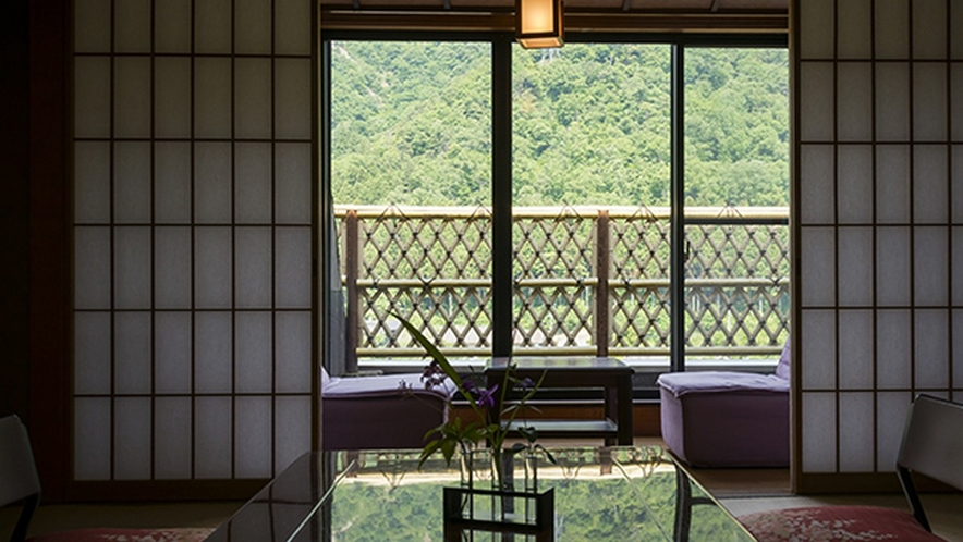 見渡す限り緑であふれる山側和室の眺望