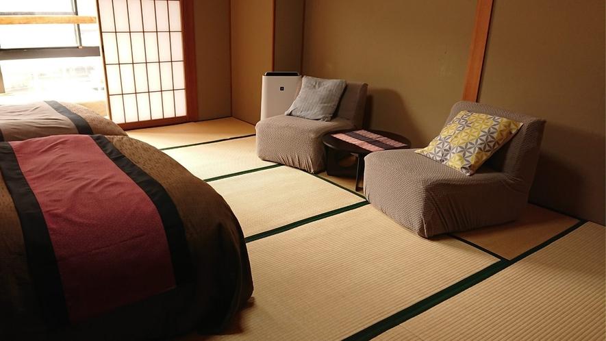 【和ベッド客室】一人がけのソファーは立ち座りが楽々!
