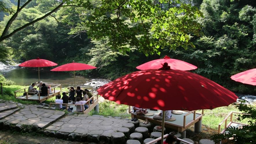 夏は川床でせせらぎを聞きながら涼を楽しんでください