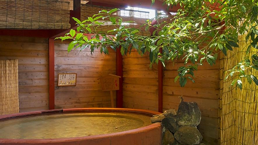 露天風呂「赤湯」「黒湯」は毎日男女入れ替えを行っております