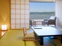 >【レイクビュー和室10畳】正面に諏訪湖を臨みます