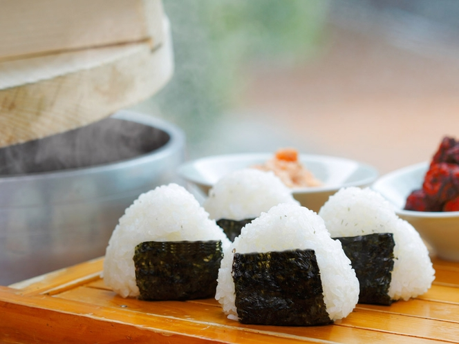 >【朝食】炊きたてほかほかのお米を一つ一つ手で握った作りたてのおにぎり