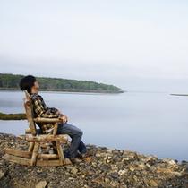 *宿周辺/木のイスに座ってまったり♪自然と隣り合わせの空間です。