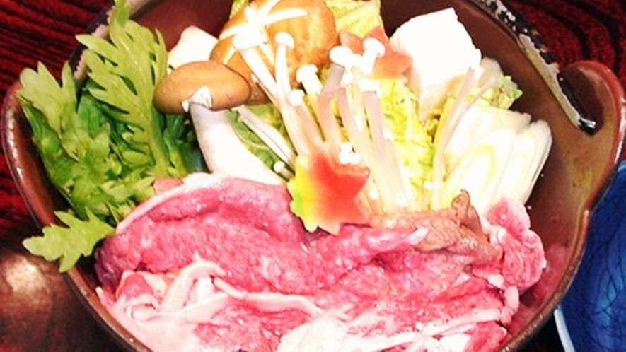 *【夕食一例】ボリュームたっぷりの牛鍋。美味しいお料理に舌鼓。