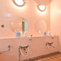 *大浴場(女湯)/洗い場は2台あります。