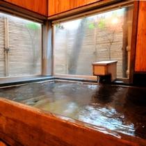 ◇木造り空間の檜貸切風呂「つかまの湯」