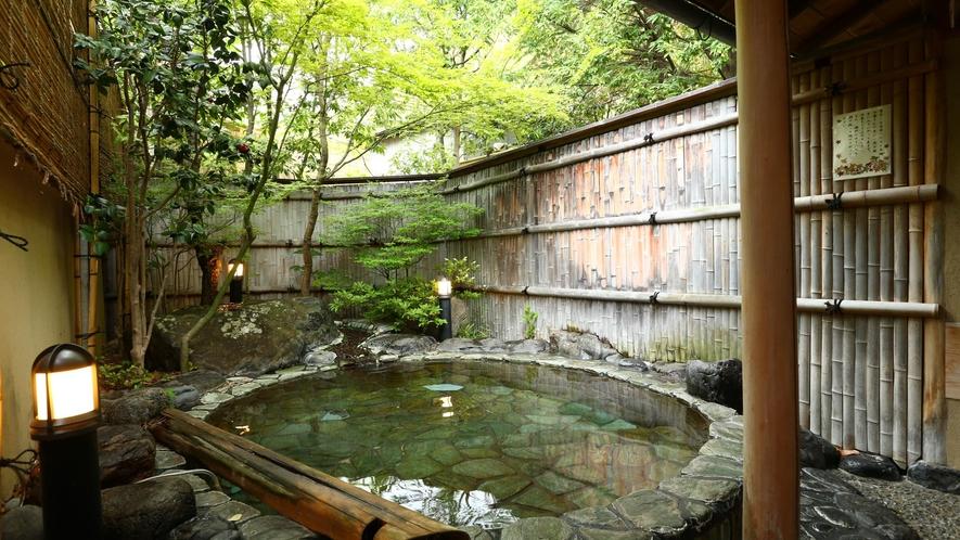 貸切風呂【山の辺の湯】内湯と露天風呂の2つのお風呂を愉しめる。