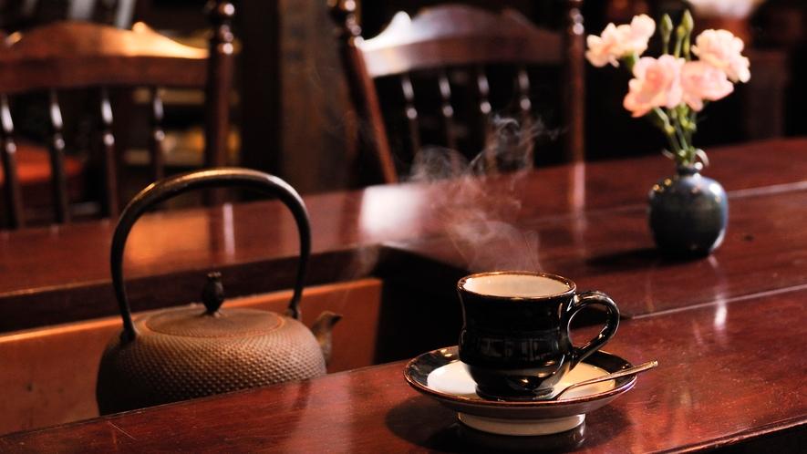 落ち着いた空間の談話室。松本民芸家具に囲まれてモーニングコーヒーはいかが?