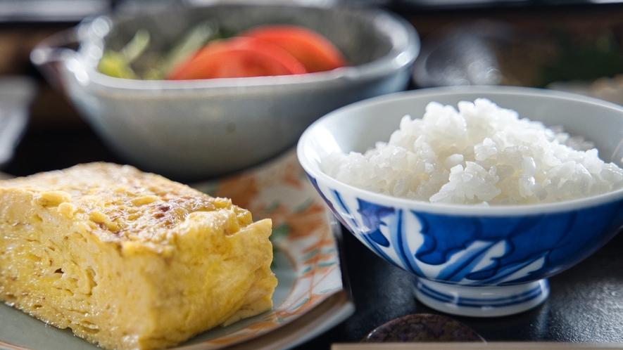 【朝食】焼き立て玉子焼きが大人気。その他地元食材をお楽しみください。