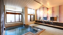 【女性内湯】タイル張りのレトロ感あふれる浴室です。24時間入浴可