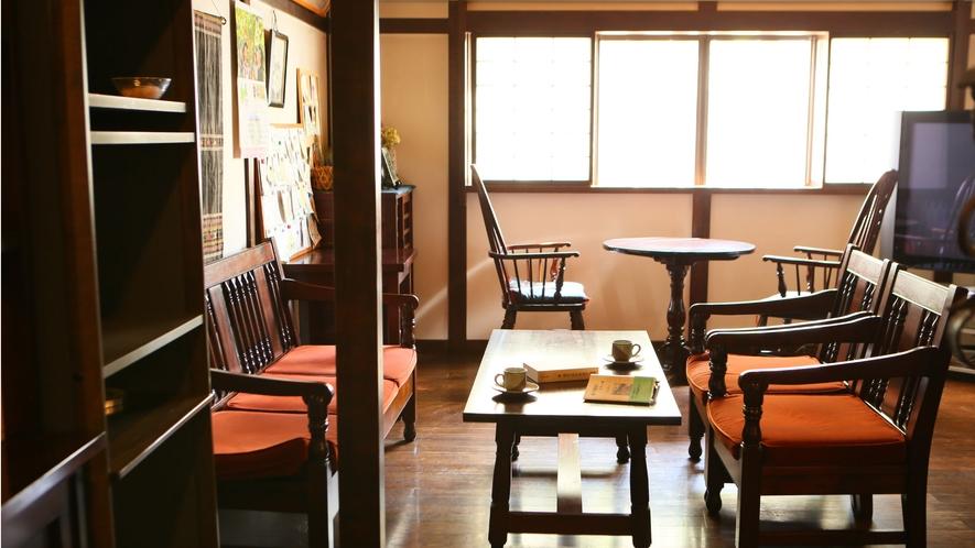 松本民芸家具に囲まれた談話室