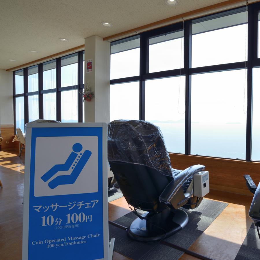 〔喫茶室〕マッサージチェアーもございます(有料)。旅の疲れにぜひご利用ください