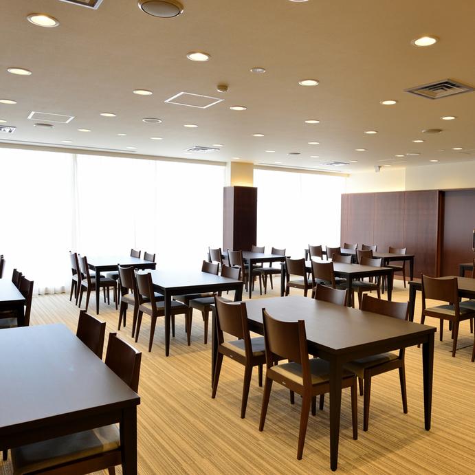 〔レストラン〕爽やかな明るさが印象的なレストランで自慢のお食事をご堪能ください