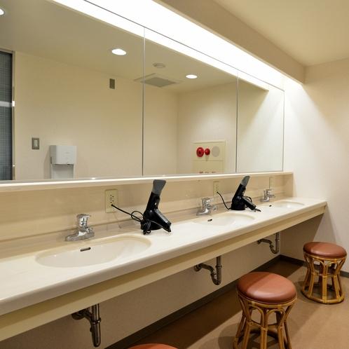 〔洗面所〕3階に共同洗面所もございます。