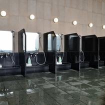 〔大浴場〕仕切り付の洗い場にはシャンプーとボディーソープがございます