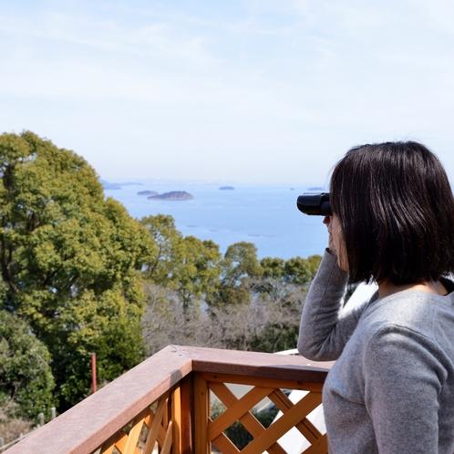 〔和洋室〕テラスからは周辺の景色をお楽しみいただけます。