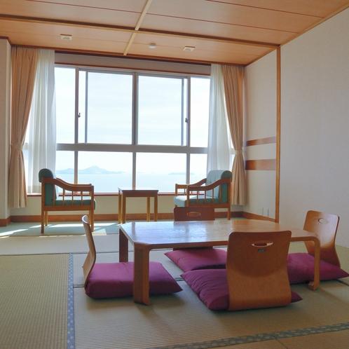 〔和室一例〕広々と明るい和室でゆったりとおくつろぎください