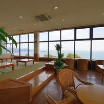 〔喫茶室〕瀬戸内海を一望できる喫茶室。靴を脱いでゆったり過ごせる和室も。湯上がりにどうぞ。