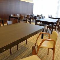 〔レストラン〕広々と明るいレストランにはお子様用の椅子もご用意