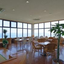 〔喫茶室〕瀬戸内海を一望できる喫茶室。テーブル席であしたのお出かけ先の相談もできます♪