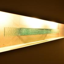 〔館内〕館内の壁には瀬戸の海をイメージしたブルーのガラスを使用した彩りも。