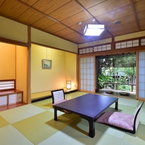 【桧の露天風呂付客室】和風のテラスが付いた、高級感あふれる和室は、特別室ならではの贅沢。