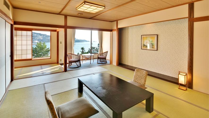 【スーペリア和室】奥行きのある縁側にソファとテーブルがあります